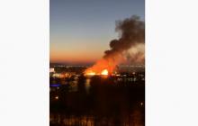 В Новой Москве мощный пожар уничтожает дома один за другим, МЧС не может ничего сделать