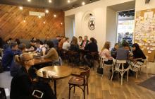 Порошенко в Житомире романтично поздравил жену с годовщиной супружеской жизни и пообщался в кафе с жителями города – кадры