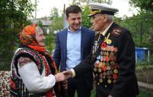 Мощное фото Зеленского в День примирения всколыхнуло соцсети: советский ветеран и связная УПА пожали руки друг другу