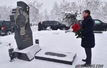 """Пушилин с букетом роз пришел на кладбище к """"Гиви"""": на фото заметили важную деталь"""