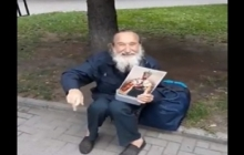 Кадры: житель Ровно с портретом Николая II ждет российские танки и обещает вешать украинцев за Донбасс