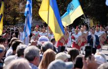 """В приграничной с боевиками """"ДНР"""" Волновахе украинцы радуются жизни - яркие кадры"""
