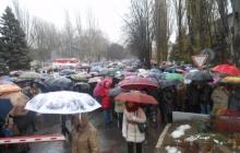 В оккупированном Харцызске работники завода Ахметова провели 10-тысячный митинг