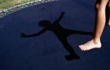Опасное развлечение: в Мелитополе 8-летняя девочка сильно травмировалась, прыгая на батуте, - кадры