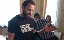 """Дубинский пришел в Раду в футболке """"Мама любит скорость"""" после скандала с 24 квартирами"""
