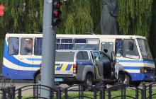 В Луцке полицейский с пакетом приблизился к захваченному автобусу - момент попал на видео