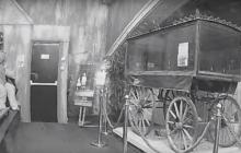 Экспонат двигался сам по себе: в Сети появилось видео пугающего призрака в английском музее
