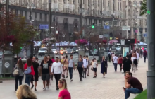 В Киеве парни устроили голый забег на Крещатике у мэрии и попали на видео - резонансные кадры