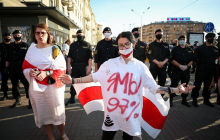 """Протесты в Беларуси: тысячи вышли на улицы, Интернет отключен, ОМОН """"пакует"""" людей"""