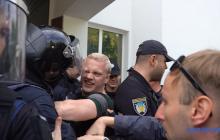 Жесткая потасовка на митинге возле МВД в Киеве: в ход пошел слезоточивый газ - первые фото и видео