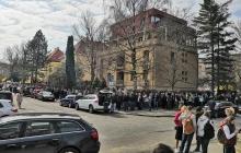 Как голосуют украинцы в Европе: люди готовы ждать в огромных очередях ради будущего страны - захватывающие фото