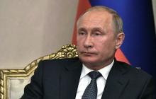 Путина снова подловили в необычной позе: в Сети показали странное фото президента России