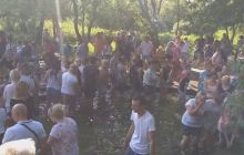 В разгар карантина жители Львовщины устроили массовое купание в святом источнике: пили воду и умывали лица