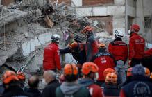 В Измире спасатели вытащили из-под завалов 3-летнюю девочку спустя 65 часов после землетрясения
