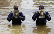 """Сеть возмутила акция """"Бессмертного полка"""" в воде: водолазы прошли с портретами ветеранов по дну Оки"""