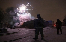 Валит черный дым, взрываются фейерверки: в Санкт-Петербурге вспыхнул склад с пиротехникой