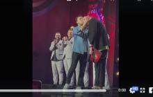 """Зеленский угодил в скандал со странным поступком на сцене """"Лига смеха"""": видео вызвало споры в Сети"""