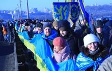 """Флешмоб ко Дню соборности Украины: """"живая цепь"""" через Днепр длиной в 1,5 километра - видео"""