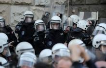 Протестующие в Белграде штурмуют полицейский участок: озвучены требования активистов