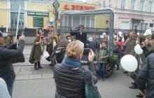 """Пробили дно: в Тагиле по городским улицам провезли клетку с """"пленным фашистом"""" – кадры, возмутившие сеть"""