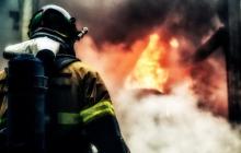 Поезда едут сквозь огонь: появились кадры сильного пожара на складе под Киевом