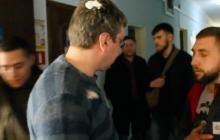 """В Николаеве депутат """"Оппоблока"""" Зоткин получил удар в голову яйцом за флаг России: инцидент попал на видео"""