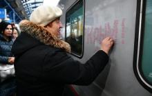 """""""Коренная крымчанка"""", целовавшая поезд в Крым, обманула СМИ: кто она на самом деле - фото"""