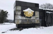 """Добкин выкупил """"декоммунизированный"""" барельеф с львовского монумента Славы и пообещал вернуть его на прежнее место"""