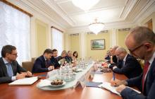 Зеленский после новой победы Коломойского в суде собрал на встречу послов G7