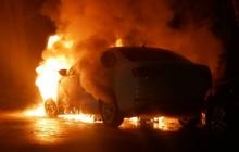 Ночью в Киеве возле посольства РФ дотла сгорела машина с дипломатическими номерами: кадры сильного пожара