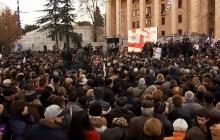 В Грузии вспыхнул антиправительственный протест: оппозиция вывела на улицы тысячи людей – кадры