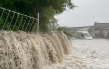 Машины в воде, улицы затоплены: в сети появились фото природного бедствия в Крыму
