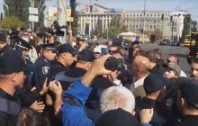 Сторонники Заверухи с ножом пошли на прорыв кордона полиции под Апелляционным судом: задержанных повезли в Соломенское отделение