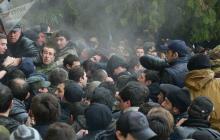 """В оккупированной Абхазии люди начали штурм администрации """"президента"""": детали"""