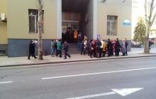 Украинцы в Донецке из-за отсутствия сети Vodafone ринулись покупать SIM-карты оператора оккупантов - фото