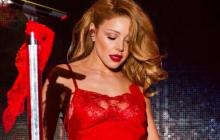 """Кароль в красном платье и необычной позе ошеломила соцсети: """"Срочно пожарных, просто нет слов"""", - фото"""