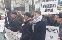 Савченко пришла под Офис Зеленского с плакатами и микрофоном: что происходит