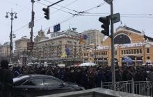 В центре Киева назревает крупный конфликт: активисты перекрыли Крещатик, в центр стягивают полицию - кадры