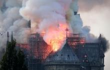 Собор Парижской Богоматери пылает несколько часов: кадры из Парижа, спасатели бессильны, Нотр-Дам де Пари рушится