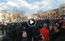 """В Полтаве """"Нацдружины"""" пытались сорвать встречу с Порошенко, на улицах драки и потасовки – кадры"""