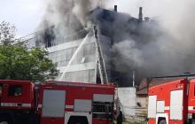 """Пожар охватил фабрику """"Мида"""" в Запорожье: дым распространился на сотни метров, десятки спасателей на месте ЧП"""