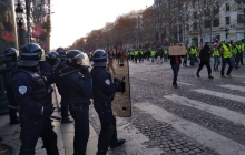 """У Макрона рассказали, кто стоит за протестом """"желтых жилетов"""" в Париже"""