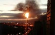 """В РФ полыхает нефтеперерабатывающий завод - очевидцы напуганы запахом и """"ядерным грибом"""""""