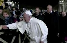 """Папа Римский чуть не """"потерял"""" руку в борьбе с женщиной во время празднования Нового года"""