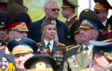 """Фото """"ветерана войны"""" с парада из Минска покорило мужские сердца: стала известна личность """"воевавшей"""""""
