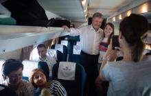 Порошенко полетел в Харьков эконом-классом - пассажиры опешили, увидев экс-президента: видео