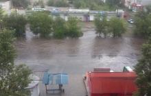 """Вода затопила подъезды, авто """"поплыли"""" по улицам: очевидцы показали последствия мощной стихии на Донбассе"""