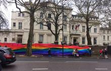 Посольство России в Лондоне обернули гигантским флагом ЛГБТ - кадры