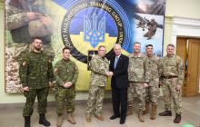 """""""Я приехал поддержать Украину от имени моей страны"""", - американский сенатор Джонсон посетил Яворовский полигон – кадры"""