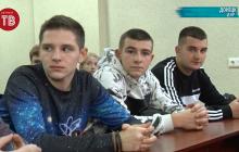 Без огня в глазах: как в Донецке студентов в дружинники принимали - видео